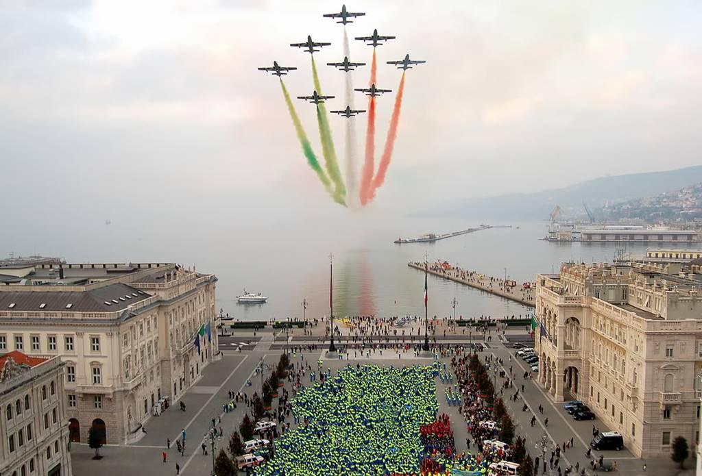 Frecce tricolori aggiunta una nuova al calendario 2017 - Nuova portaerei italiana trieste ...