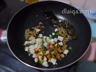 tambahkan ayam, daun bawang, kecap manis dan gula pasir