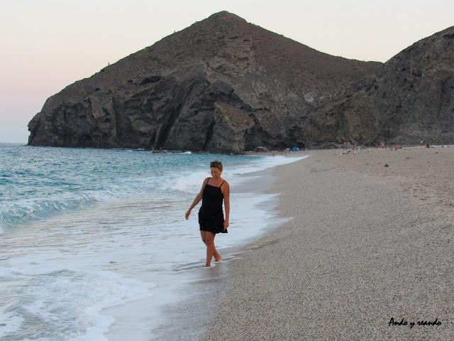 Paseos al atardecer por la playa de los Muertos. Playa de los Muertos en Cabo de Gata