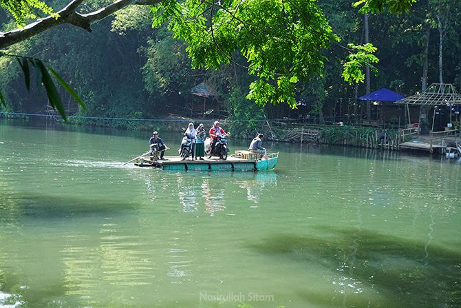 Getek, transportasi yang digunakan masyarakat setempat untuk menyeberang sungai Opak
