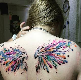tatuaje de alas a colores