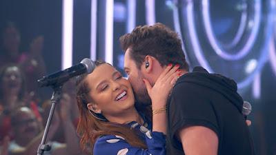 Maiara fica envergonhada com beijo surpresa do namorado Fernando Zor, da dupla com Sorocaba, no palco do 'SóTocaTop' — Foto: Gshow