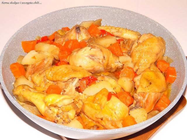 Kurczak w warzywach, pyszny i aromatyczny.