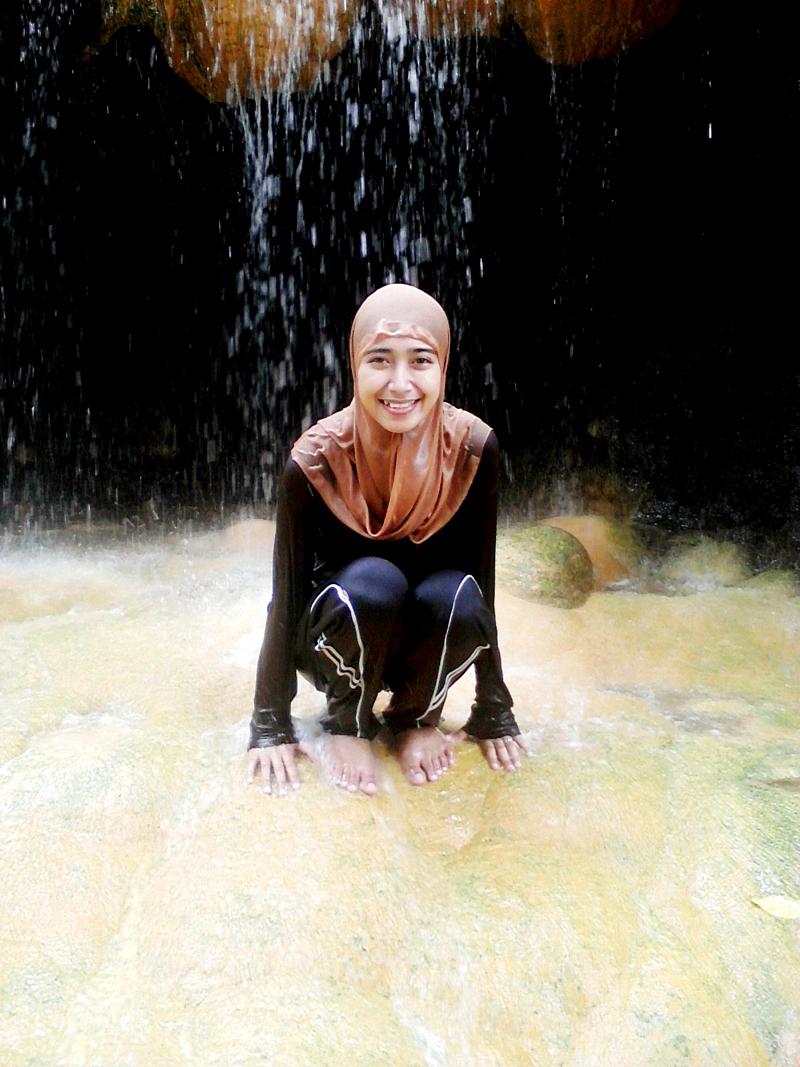 Githa Algian Yusnia Putri cewqek hijab cantik basah saat mandi di air terjun
