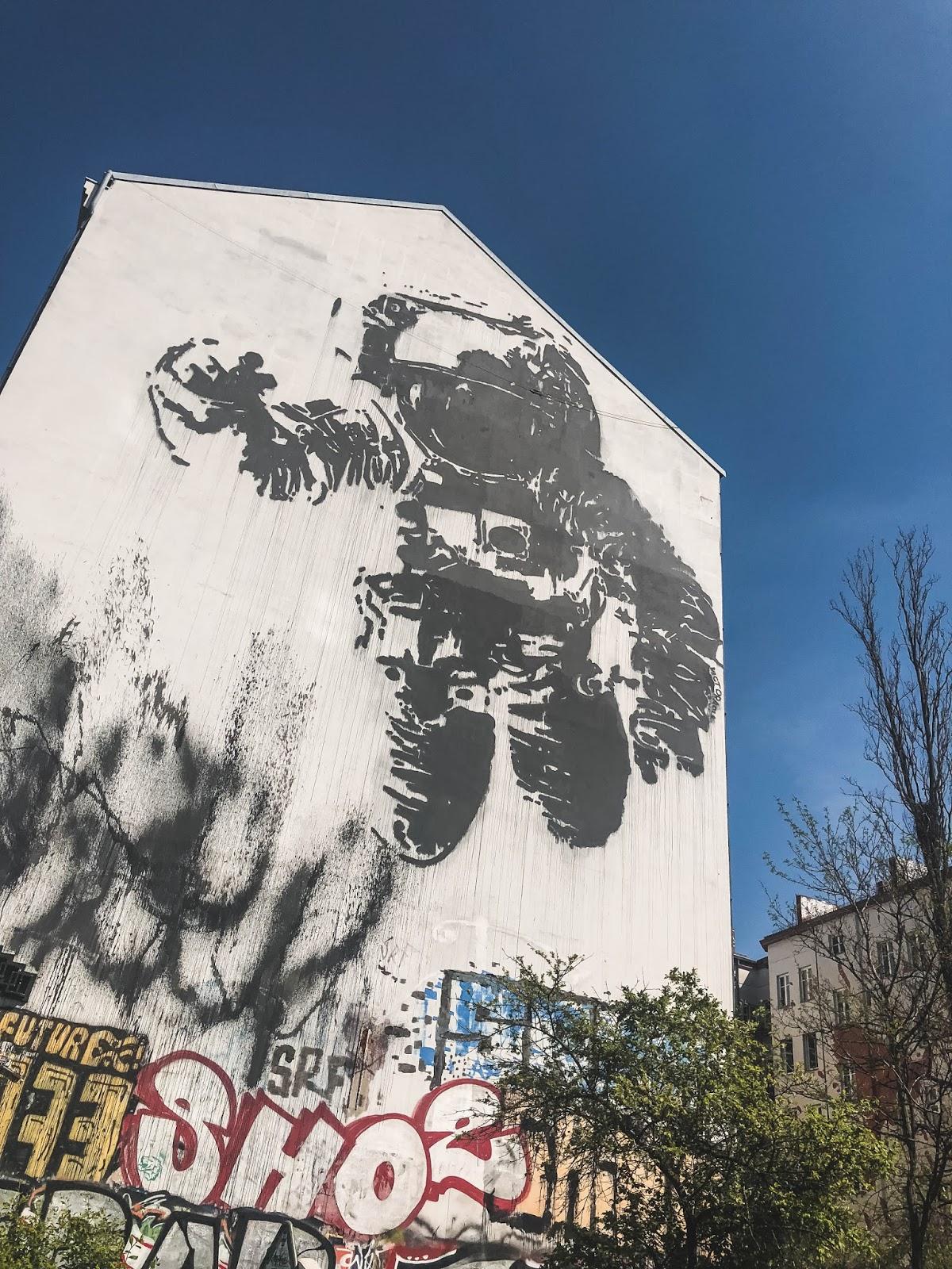 l'astronaute street art berlin