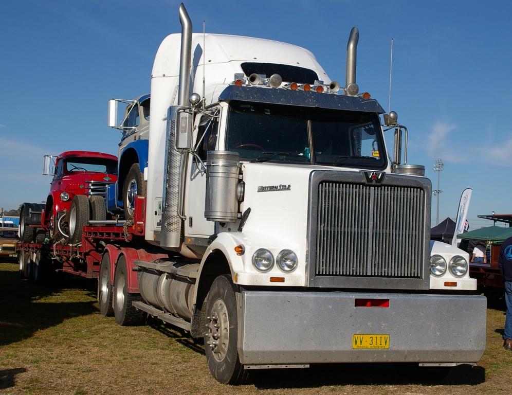 Historic Trucks: Dubbo Vintage Truck Show 2014 - Mack to White