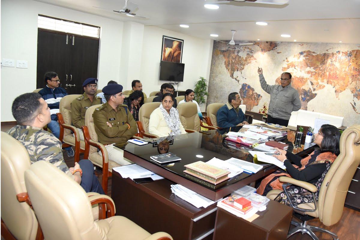 माफिया के विरुद्ध अभियान में कार्रवाई के लिए कलेक्टर ने अधिकारियों को दिए निर्देश