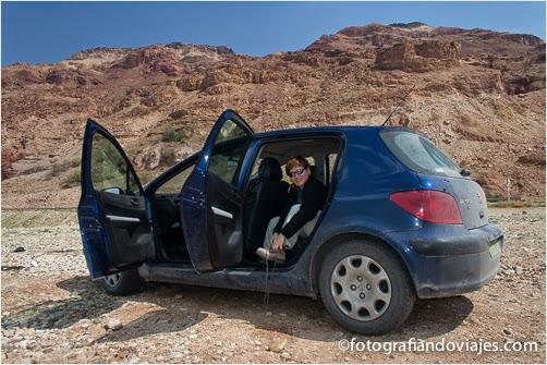 coche azul en el desierto