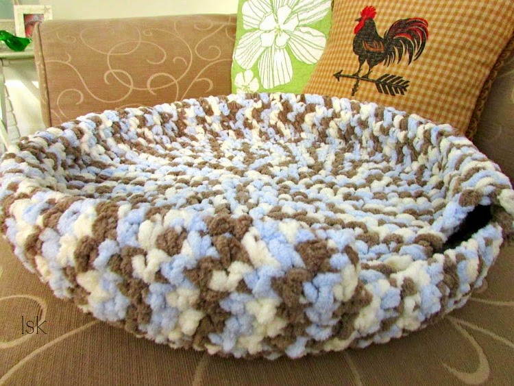 By Jenni Designs: Free Crochet Pattern: Marley's Cat Cave (or Bed) | 563x750