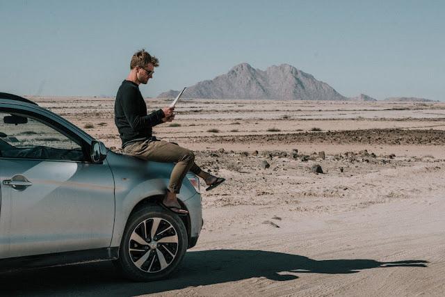 Một chuyến roadtrip thì bản đồ là thứ thiết yếu. Trước một nơi hoang vu và bạn đồng hành chỉ có duy nhất chiếc xe, bản đồ sẽ là vị cứu tinh đưa bạn đến đích. GPS có thể dẫn đường bạn nhưng bản đồ sẽ giúp bạn tính toán nơi cần đến và độ dài quảng đường phù hợp cho lịch trình của bạn.