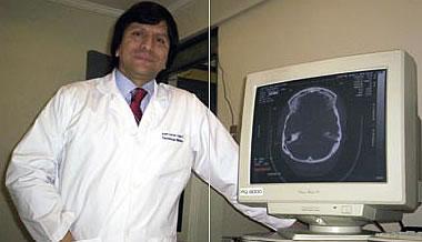 Foto de un tecnólogo médico con la imagen de una tomografía