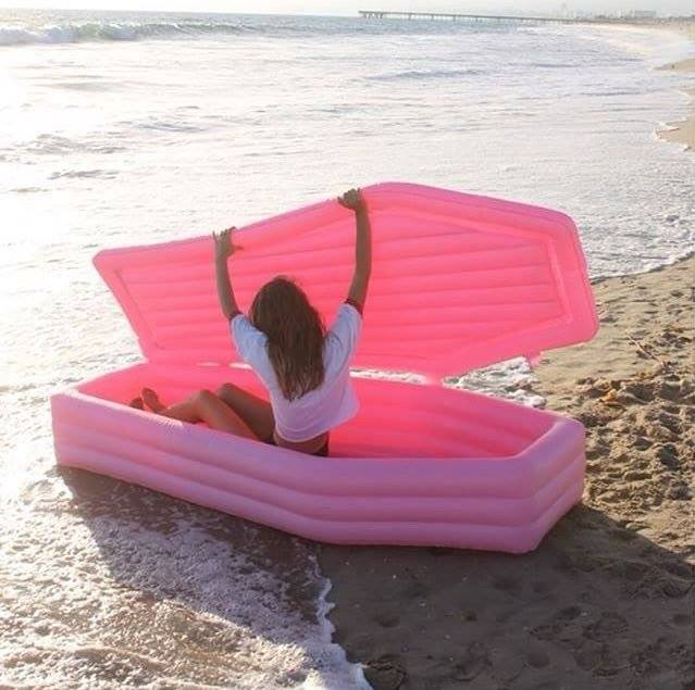 Se al mare volete isolarvi da tutti, usate il materassino eterno..