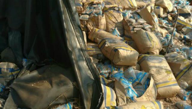 Caminhão carregado com feijão tomba ao desviar de buraco na BR 364