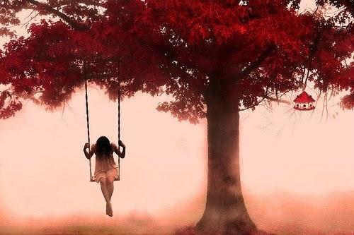garota em um balanço numa árvore