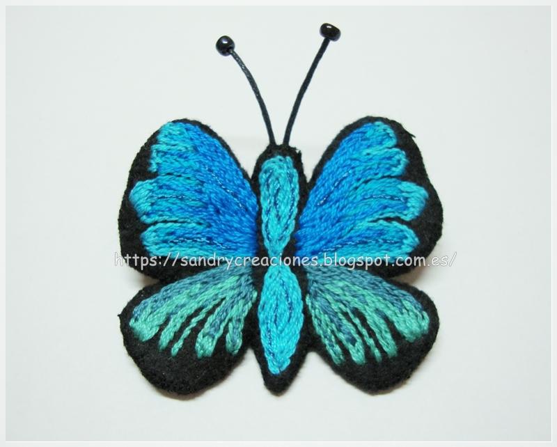 broche mariposa azul bordada sobre fieltro terminado