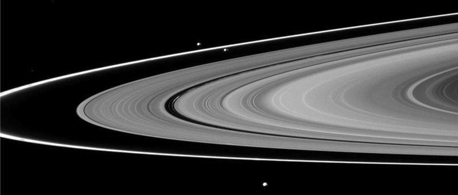 Los anillos de Saturno y algunas de sus lunas.