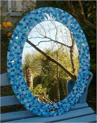 oeuvre unique et originale d'un miroir ovale bleu pour une salle de bains par séverine peugniez mosaïste professionnel