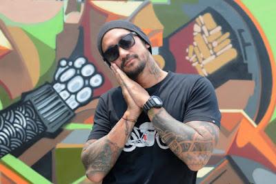 Foto Tora dengan Tatto di Tangan