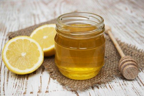 Défrisage cheveux au citron et au miel