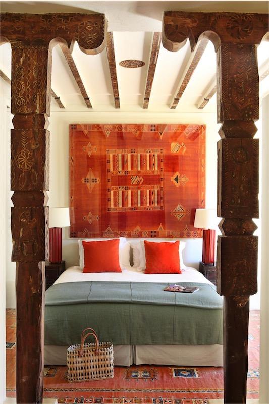 dormitorio decorado en tonos naranja casa en Marrakech chicanddeco
