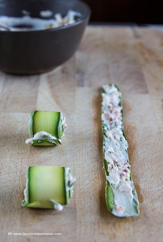 Preparazione involtini di zucchine veg