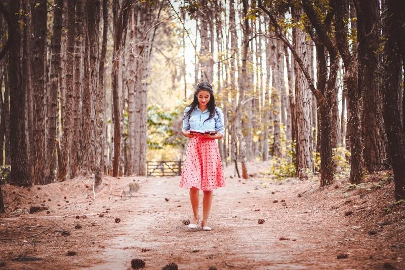 Jovem a ler na natureza