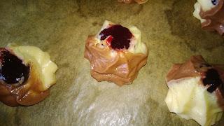 Teig berge mit Marmelade gefüllt