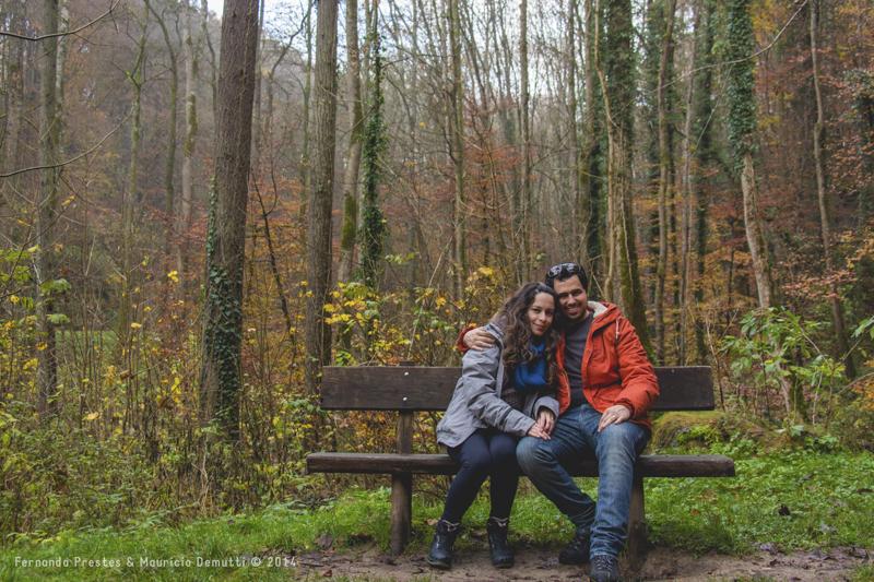 casal sentado em banco