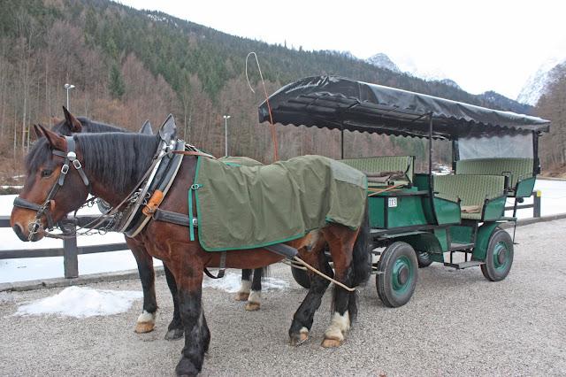 Winterliche Pferdekutschenfahrt - Winterhochzeit am Riessersee in Garmisch-Partenkirchen, Riessersee Hotel - Winter wedding in Bavaria