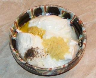 preparare sos de ghimbir cu iaurt si usturoi, preparare dressing de ghimbir cu iaurt si usturoi, retete de sosuri si dressinguri picante pentru fripturi si gratare, sos de iaurt, dressing de iaurt,