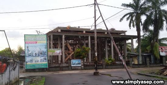 FINISHING : Inilah Masjid Babussalam Duta Bandara Kubu Raya yang sudah mulai terbentuk dan tersusun bangunan fisiknya.  Saat ini proses finishing sedang terus dikerjakan. AYo semangat. Foto Asep Haryono