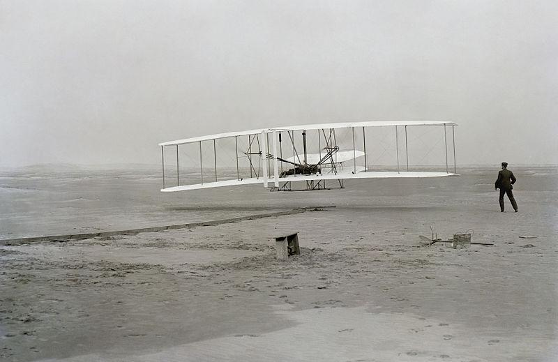 ライトフライヤー号の初飛行 ライド兄弟が初飛行に成功した時の写真(上記写真)は、地元の海難救助所