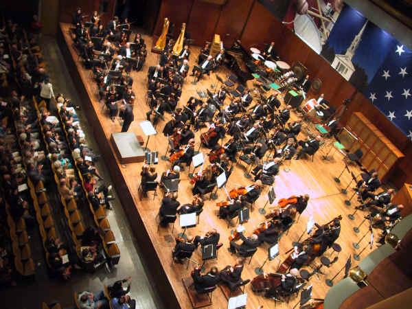 El ruido de un teléfono móvil obligó a interrumpir por primera vez en la historia un concierto de la Filarmónica de Nueva York, que no se reanudó hasta que el dueño apagó el terminal, confirmó hoy a Efe una fuente de la orquesta. Los hechos ocurrieron el pasado martes por la noche, cuando el director de la Filarmónica, Alan Gilbert, estaba conduciendo a sus músicos por el último movimiento de la Novena Sinfonía del checo Gustav Mahler, según Katherine Johnson, una portavoz oficial de la institución neoyorquina. Entonces fue cuando empezó a sonar desde la primera fila el popular tono