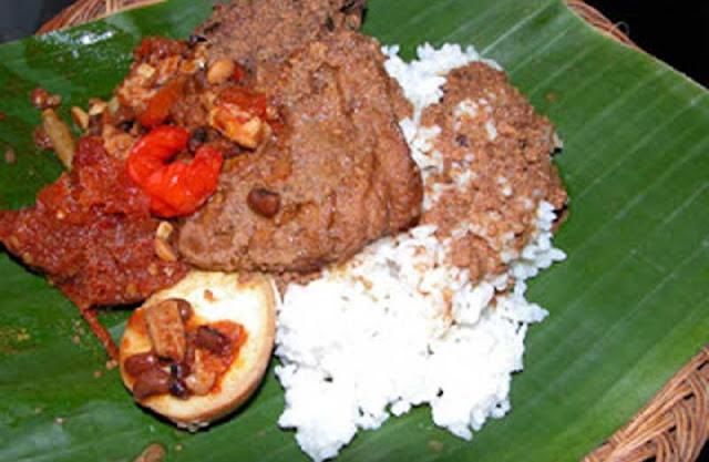Makanan Gudeg adalah makanan khas Jogja yang cukup terkenal yang terbuat dari nangka muda Sejarah Awal Asal Usul Makanan Gudeg