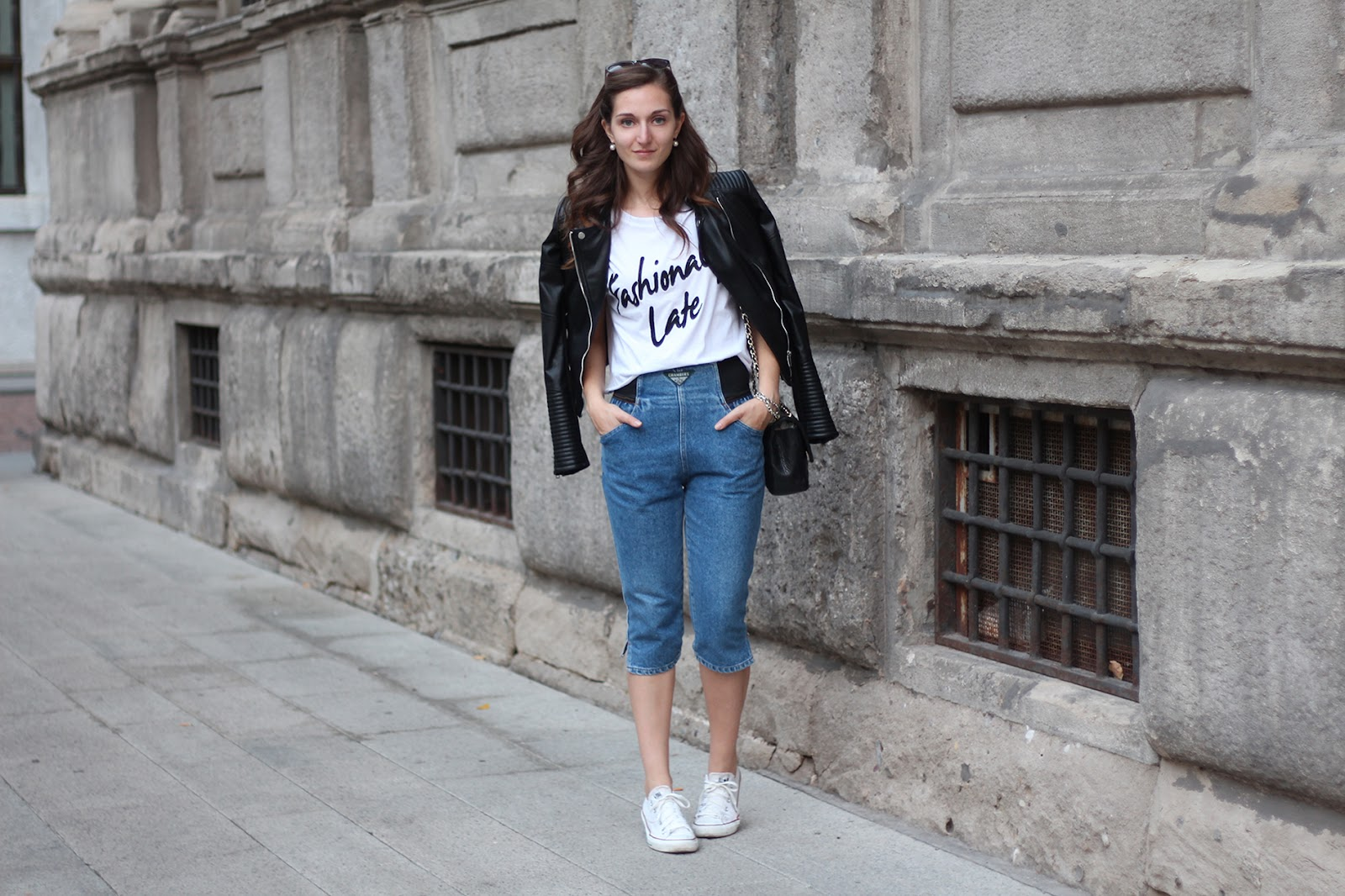 outfit comodo e alla moda in denim, converse, t-shirt bianca, giacca in pelle e tracolla Chanel 2.55