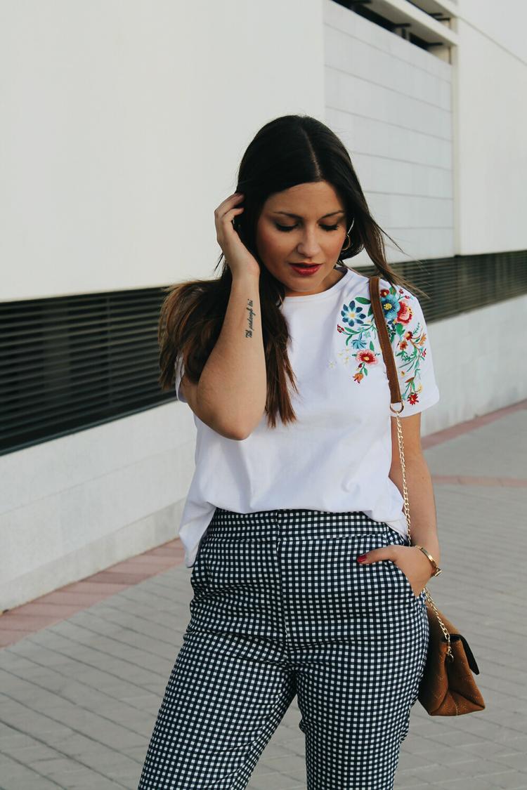 outfit con pantalones de cuadros vichy de zara y camiseta con flores bordadas