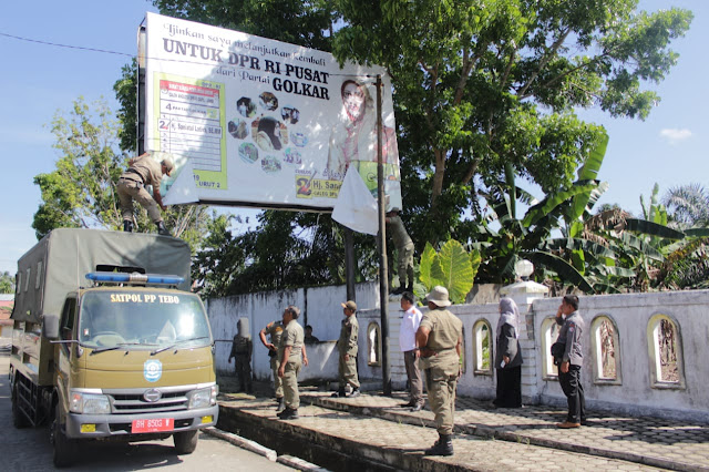 Jelang Pemilu, Pol PP dan Banwaslu Bersihkan APK dan Atribut Partai