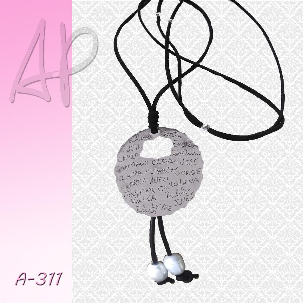 67f8ced1421b Colgante medallón de borde irregular de plata para regalo profesoras con  los nombres de los niños escritos por ellos. Se puede grabar por ambas  caras sin ...