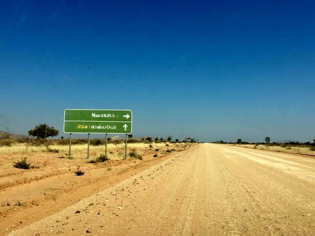 señales de tráfico en los caminos de tierra Namibia