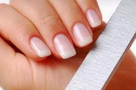 Cuidado para uñas saludables mujer limando las uñas para después hacer un diseño.