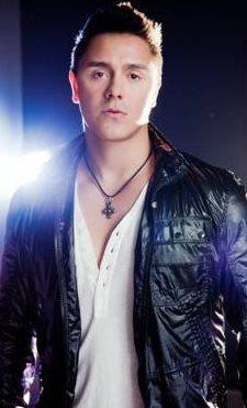 Foto de Joey Montana con casaca negra