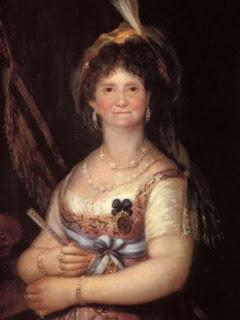 La reina posa de frente, con elegante vestido, tocado en la cabeza y abanico en la mano.