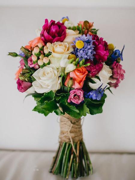 buquê com flores naturais coloridas arrematadas com juta