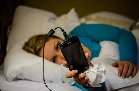 dormir con el movil al lado