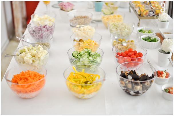 mesa de almoço saladas