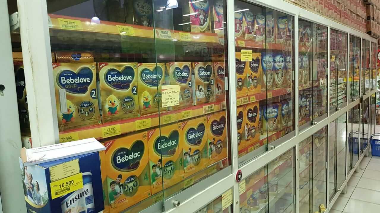 Rak kaca terkunci susu kalen di Borma Supermarket