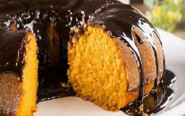 Receita de bolo de cenoura com cobertura de chocolate (Imagem: Reprodução/Cybercook)