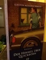 das Cover zeigt ein Mädchen, das auf einem Auto sitzt