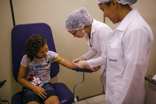Laboratório usa tecnologia para acalmar crianças durante coleta de sangue