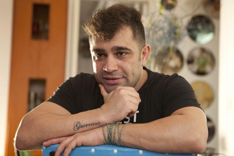 'Eu apanhava na escola só porque era gay', diz humorista Evandro Santo